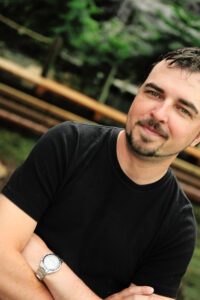 Photo of HighEdWeb 2013 keynote speaker and President of Un-Marketing Scott Stratten